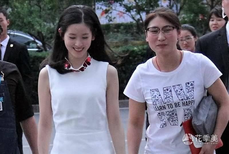 奶茶妹妹身穿漂亮白领修身裙图片meinv011