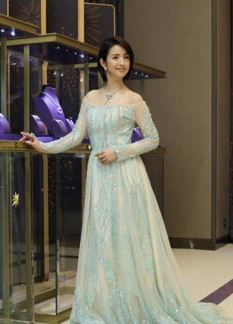 林依晨穿衣搭配冰雪公主淡蓝长裙出席活动|图片