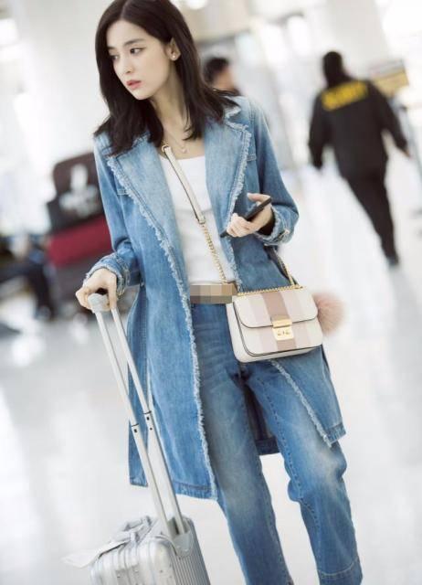 女星古力娜扎杨幂都穿长款牛仔外套 看上去很时尚