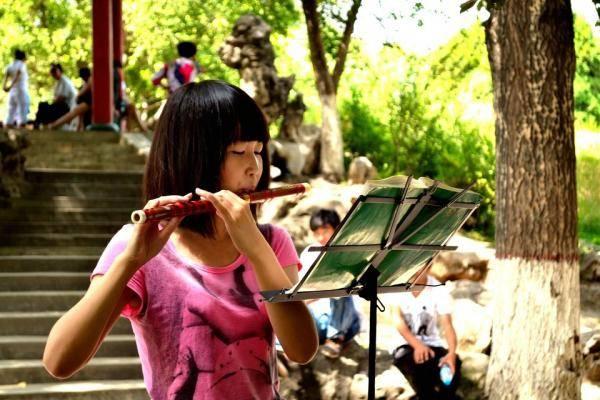 吹笛子的女孩照片,女生吹笛子的样子唯美头像图片