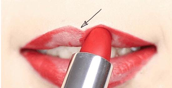 女生红唇怎么画好看? 大红唇妆的画法让你更吸引眼球