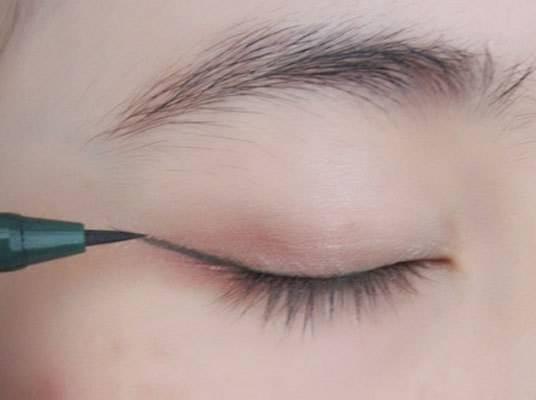 女生初学化妆怎样画眼线? 选购眼线笔画眼线的技巧图解